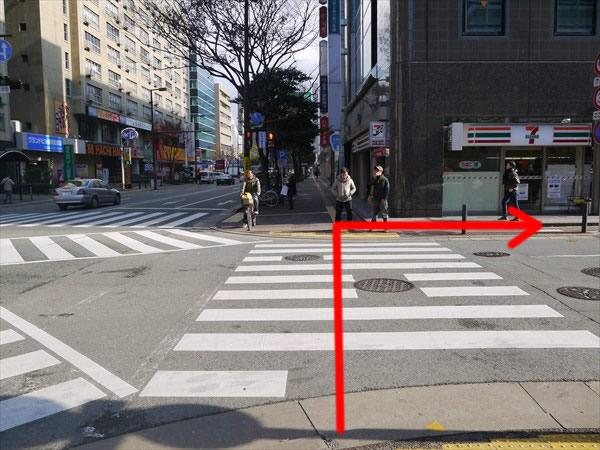 最初の交差点を渡って右折