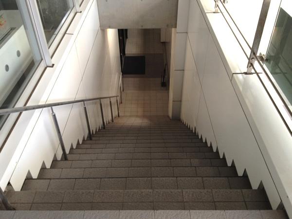 階段を下りると...