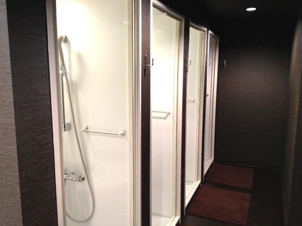 男性用のシャワールーム