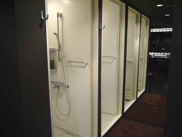 シャワールーム(左側)
