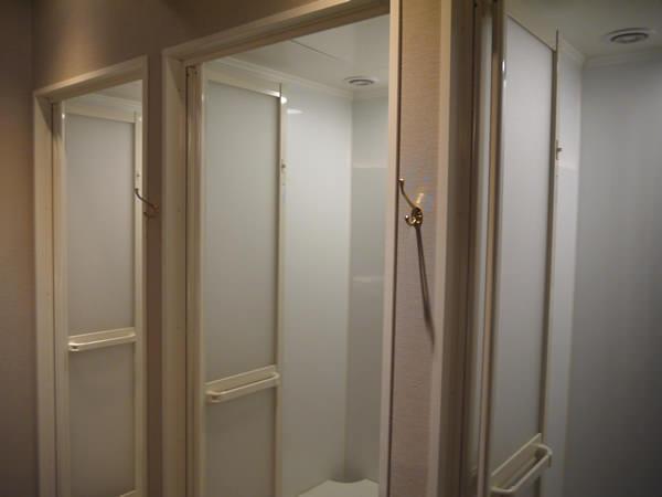 女性用のシャワールームも3室でした。