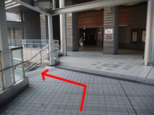 左に下りる階段