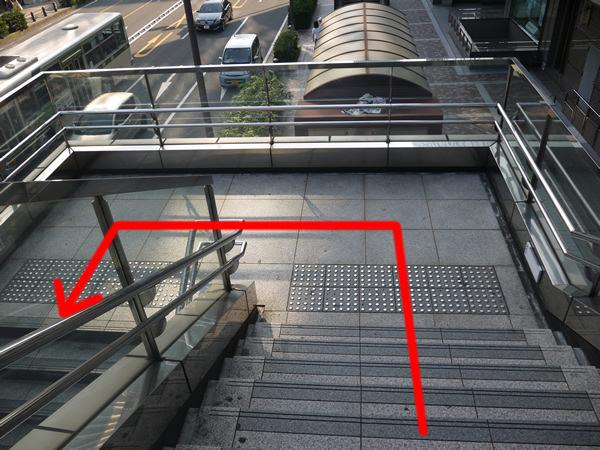 階段を降りる途中