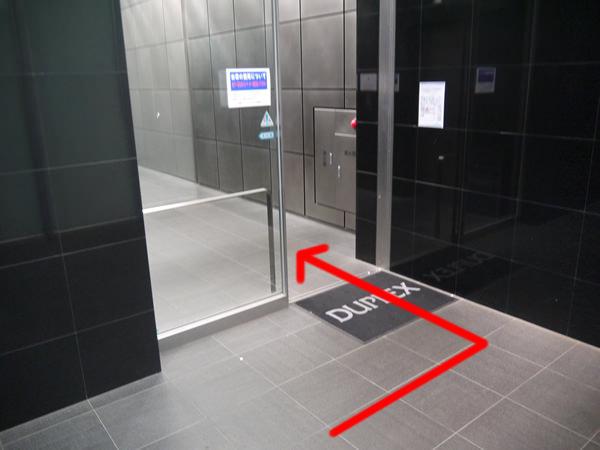 エレベーターホール前の自動ドア