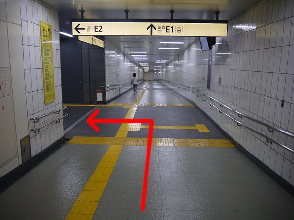 E2出口の案内板