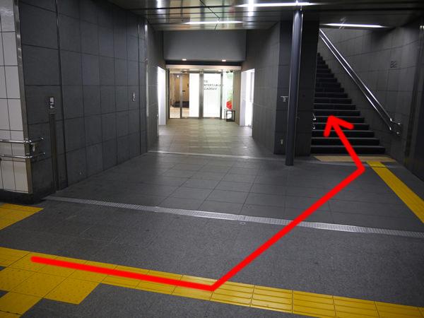 左折したところに階段がある
