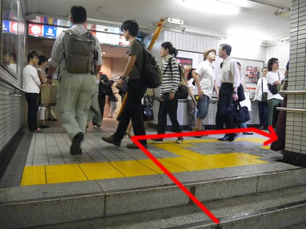 3番出口に向かう階段の踊り場