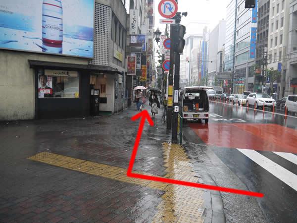 横断歩道を渡って右折した道