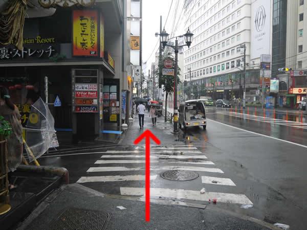 信号のない横断歩道を直進
