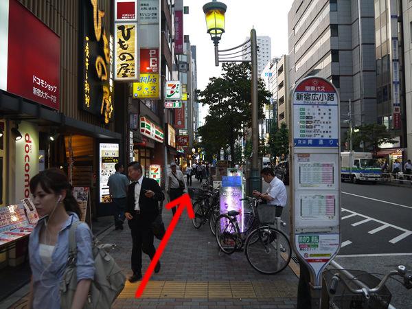 関東バス「新宿広小路」のバス停横