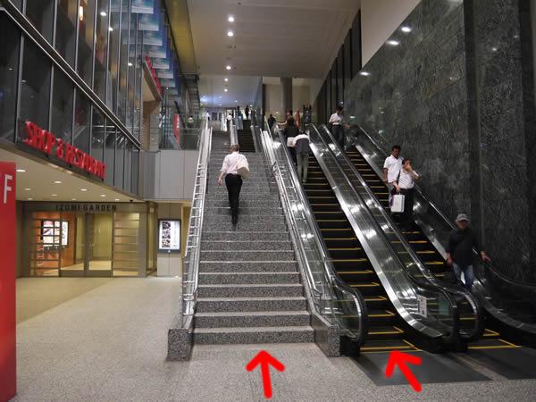 3段階の階段とエスカレーター