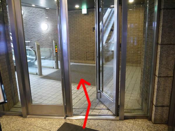 手動のドアを開ける