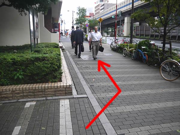 歩道を少し歩く