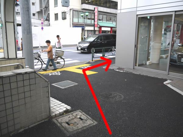 細い歩道への道