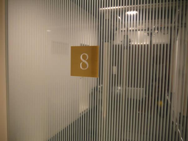 ブース8のドア