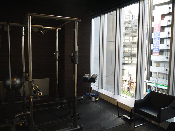 大きな窓のあるトレーニングルーム全体