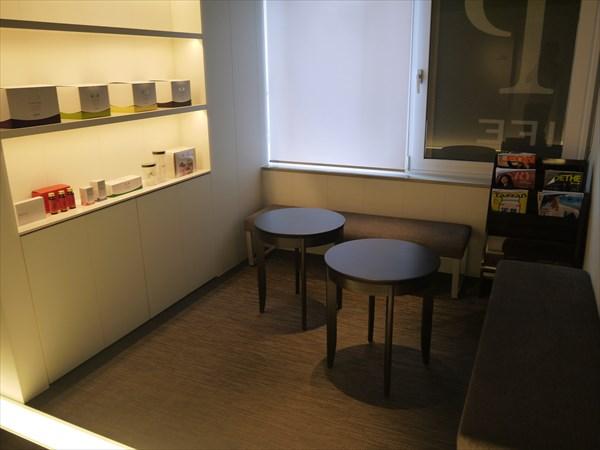 商品ディスプレイ棚と待合室
