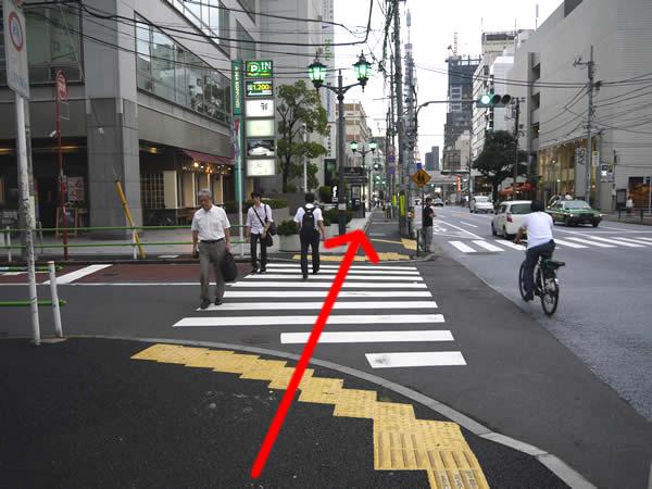 横断歩道を渡ってさらに直進
