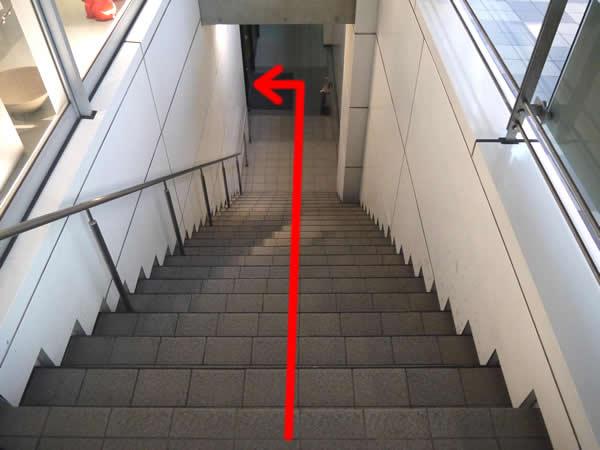 階段を下りて左側に店舗がある