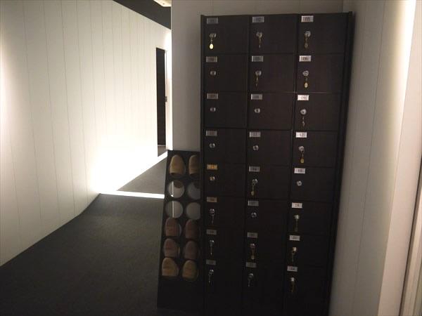 フロント横にある鍵付きシューズボックス