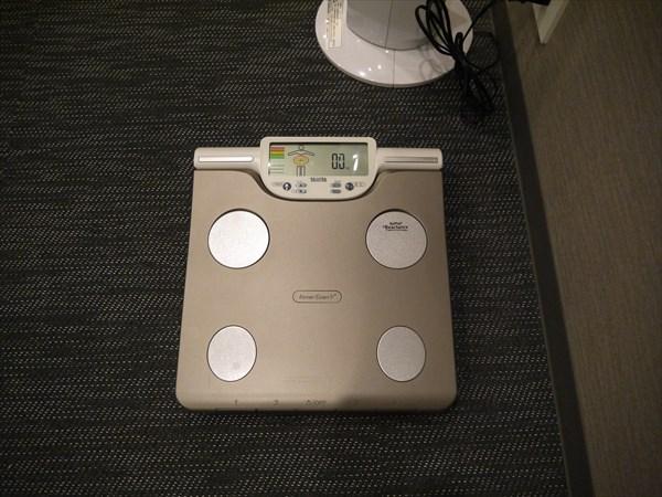 ロッカールーム内にある体重計