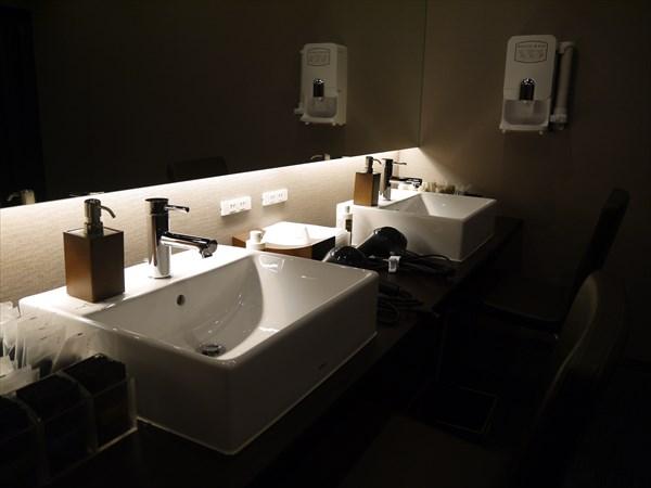 京都店の洗面化粧台まわり