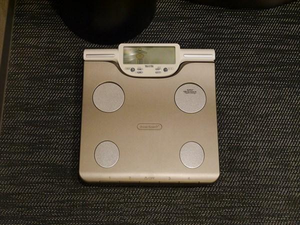 ロッカールーム内の体重計
