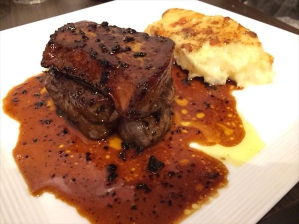 牛ヒレ肉とフォアグラの「ロッシーニ」トリュフソース