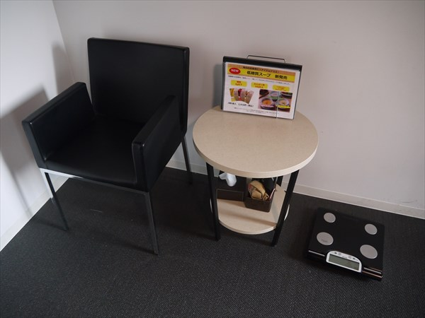 イスとテーブル、体重計