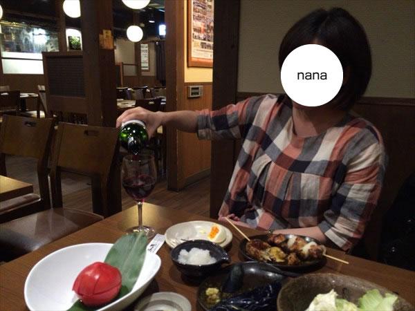 手酌でワインを注ぐnanaさん