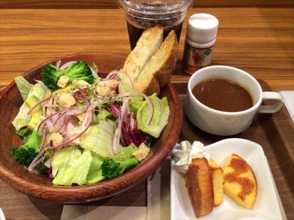 夕食のサラダとビーフシチュー