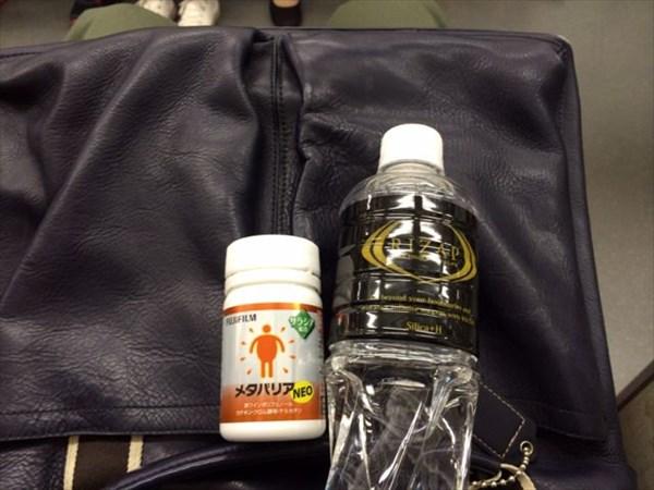 電車の中でメタバリアNEOを飲む