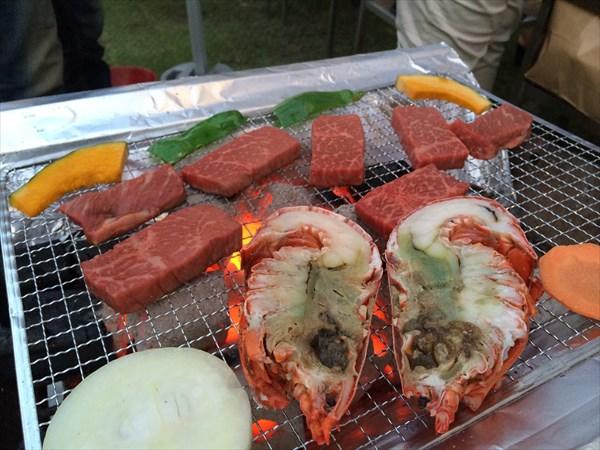 お肉や海鮮を焼いている様子