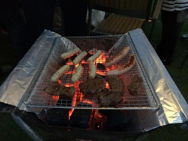 牛肉とソーセージを焼いているところ
