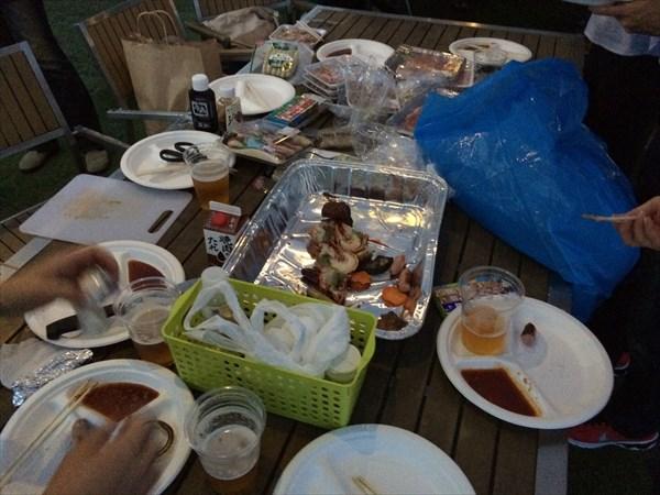 食事中のテーブルの様子