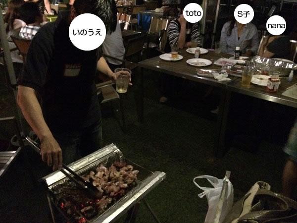 いのうえさんが鶏肉を焼いているところ