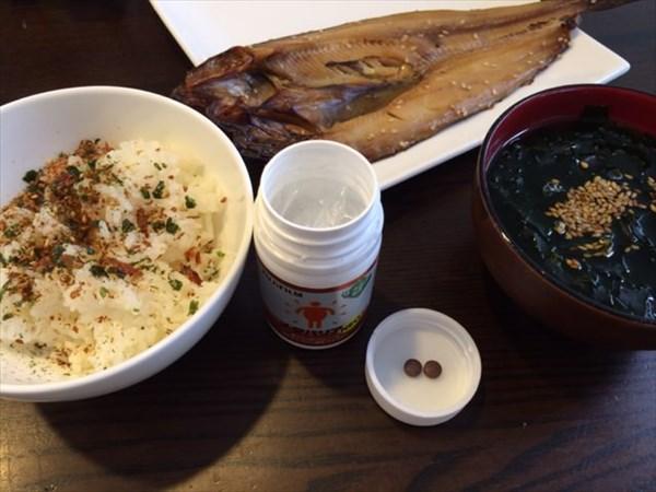 朝食の魚とふりかけご飯とメタバリア2粒