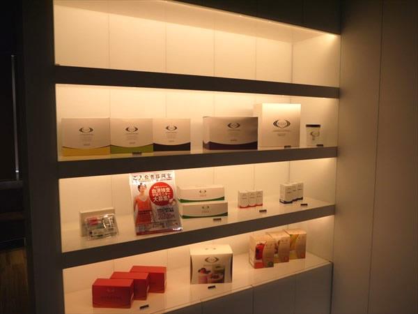 ライザップの商品が陳列されている棚