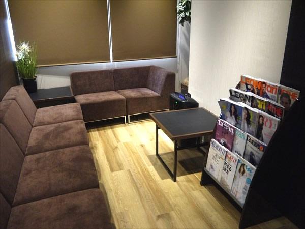 ソファや雑誌が置かれた待合室