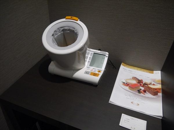 棚の上にある血圧計