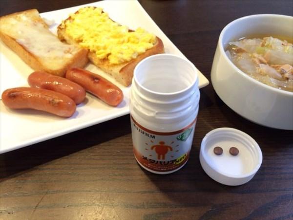 朝食のトーストとウインナーとメタバリア2粒