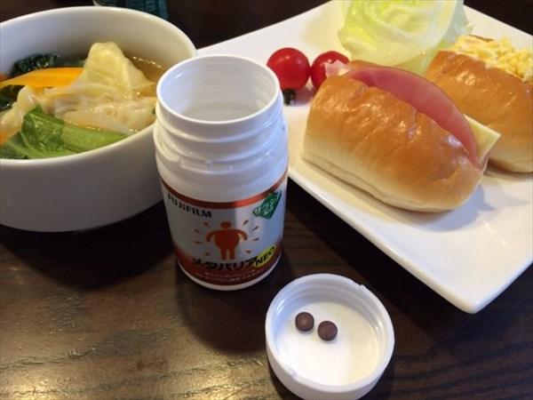 朝食のロールパンとメタバリア2粒