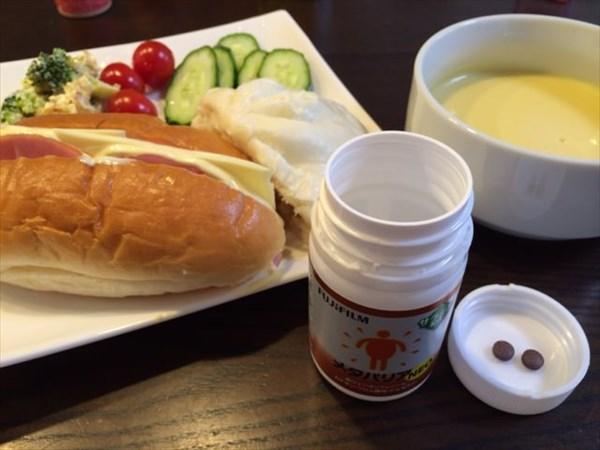 朝食のパンや肉まんとメタバリア2粒