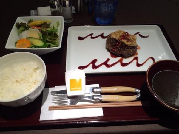 熟成牛のハンバーグランチとメタバリア