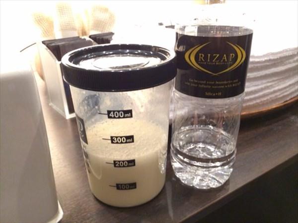 リニューアル後のライザップの水とビーレジェンド(パイン風味)