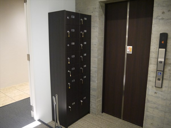 エレベーター前にある鍵付きシューズボックス