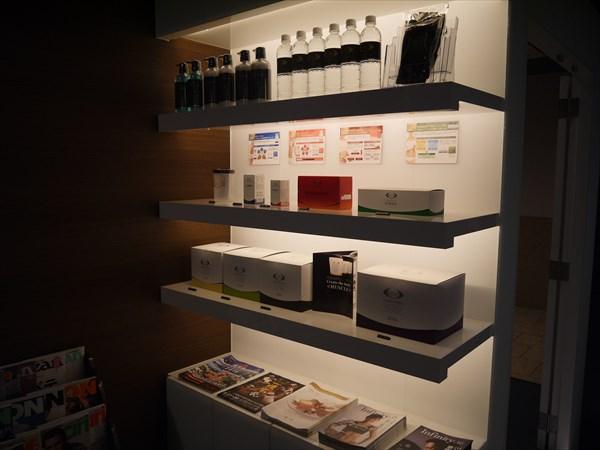 ライザップ鹿児島店のフロント前の商品ディスプレイ棚