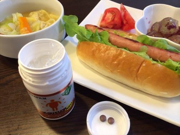 朝食のホットドックとメタバリア2粒