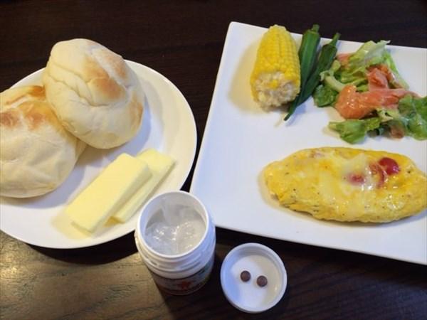 朝食のパンとオムレツとメタバリア2粒