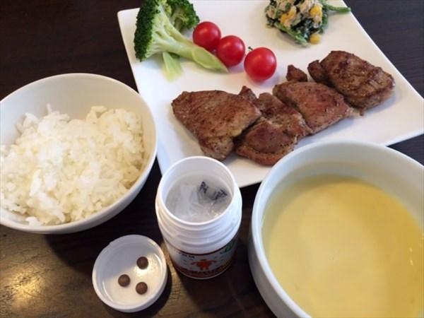 豚肉の胡椒焼きとコーンスープとメタバリア3粒